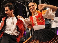 Tanečníci zo súboru Čarovné ostrohy