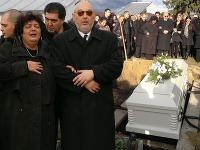 Pred spustením rakvy do hrobu sa na utrápených rodičov Petra Končeka usmialo slnko.