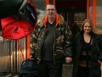 Richard Müller a Vanda Wolfová pri odchode z Kramárov. Markusa mali zababušeného v autosedačke.