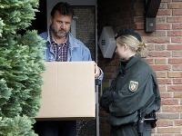 Policajt opúšťa dom, v ktorom žil vodca ultrakonzervatívnej islamskej skupiny Salafist.