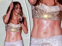 Jennifer Lopez síce zmokla, predviedla však oceľové svaly na bruchu.