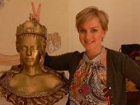 Monika Hilmerová pózuje s bustou Márie Terézie