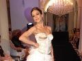 Herečka Lucia Rózsa Hurajová predviedla korzetové svadobné šaty s páperovou sukňou.