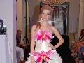 Svadobné šaty môžu ozvláštniť kvetinové aplikácie.