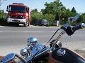Vážna dopravná nehoda v Pezinku: Zrážka auta s motorkou, 3 zranení!