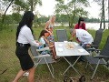 """Monika vzala svojich """"kamarátov"""" do prírody. Rozložila im stolček a servírovala jedlo na plastovom riade."""