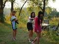 Dievčatá sa na večeru vyobliekali. V lodičkách sa im po trávnatom teréne chodilo veľmi zle.