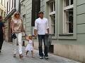 Monika Haklová prišla na otvorenie podniku so snúbencom Martinom Kollárom a najmladšou dcérou Charlotte.