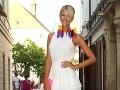 Moderátorka Mária Zelinová z Fashion TV zvolila farebné náušnice z pierok.