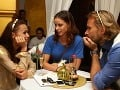 Pri stole sa Nela Pocisková a Ján Ďurovčík rozprávali s Lenkou Šoóšovou.