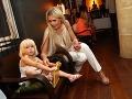 Farmárka Monika Haklová sa počas večera starala o malú dcérku Charlotte.