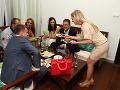 Za spoločným stolom sedeli viaceré známe tváre.