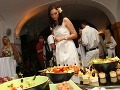 Niekdajšia kráľovná krásy Veronika Husárová zvažuje, čo si vybrať na papanie.