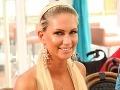 Na nový bar bola zvedavá aj playmate Andrea Járová. Tej nechýbal úsmev na tvári a ani hlboký výstrih.