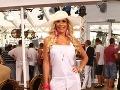 Monika Haklová si na párty obliekla biely overal.