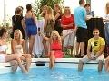 Moderátorka súťaže Pláž 33 sa pred začatím priameho prenosu ochladzovala v bazéne.