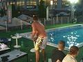 Emanuel začal pod vplyvom alkoholu vystrájať. Do bazéna najskôr letel stolík.