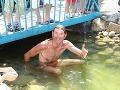Zatiaľ čo sa Nikola Komorová osviežila vo vírivke, bača z farmárskeho stánku skočil do jazierka.