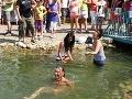 Návštevníci Markízy sa osviežili v jazierku.