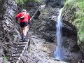 Slovenskí turisti si chceli skrátiť cestu, pomáhať im musela HZS