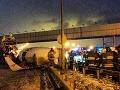 Pri havárii sa Tupolev s kapacitou 210 pasažierov rozlomil na tri časti, ktorými zablokoval diaľnicu