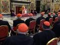 Rozlúčka pápeža s kardinálmi.