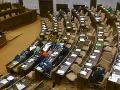 Takto to v sále vyzeralo o 14:45. Na obrázku lavice Smeru-SD, OĽaNO a nezaradených poslancov.