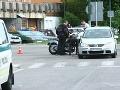Motorkár zázračne vyviazol z hrozivej nehody: Vpálil do auta pri nemocnici!
