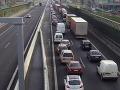 Ranný chaos v Bratislave: Kvôli nehode na Prístavnom moste kilometrové kolóny!