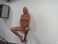 Úplne nahá Zuzana Plačková musela predviesť aj takéto odvážne pózy.