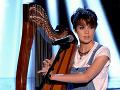 Očarujúca verzia Get Lucky: Mladá kočka s harfou vás dostane!