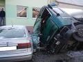 Nákladné auto narazilo do