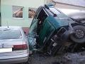Nákladné auto narazilo do premostenia a dvoch áut: Vodič je v opatere zdravotníkov