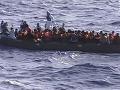 Porucha gumového člnu narobila komplikácie: Na vode zachraňovali desiatky migrantov