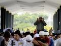 Malajzijskí moslimovia sa modlia