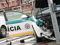 Zrážka policajného auta s osobným: Vodička s ťažkými zraneniami v nemocnici