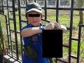 Ďalšie FOTO hyenizmu: Syn (7) džihádistu pózuje s odseknutou hlavou