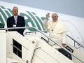 Pápaež František máva ľuďom