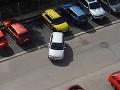 Blondínka za volantom = katastrofa: VIDEO totálneho failu na parkovisku!
