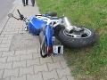 Motocyklista (25) zrazil na ceste chodkyňu (†87): Išla mimo priechod pre chodcov, zomrela v nemocnici