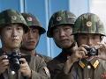 Severokórejskí vojaci sledujú hranicu