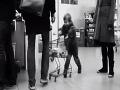 Nevychovaný chlapec na VIDEU