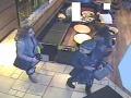 Mladé ženy ukradli fotoaparát