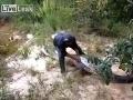 Muž rozrezal hada a