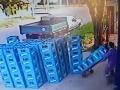 VIDEO Ako prísť o prácu za 10 sekúnd: Pozrite si, čo spravil zamestnanec s debnami piva!