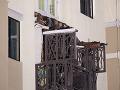 Žiaci sa v škole opierali o zábradlie balkónu: Nebezpečný pád z druhého poschodia