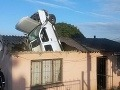 Kuriózna nehoda ako z filmu: Vodič zapichol auto do strechy domu, zázrak, že prežil!
