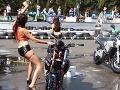 VIDEO Modelka sa snažila sexi byť: S motorkou si akurát tak nabila...