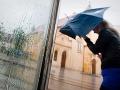 Pravé leto stále neprichádza: Dáždniky ešte neodkladajte, bláznivé počasie pokračuje!
