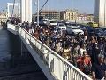 Tisíce migrantov pochodujú pešo